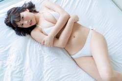 『可憐すぎる水着グラビア再び!新人・鈴木聖が週刊SPA!で初表紙』