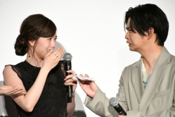 『千葉雄大&白石麻衣、北川景子と田中圭のサプライズ登壇に感涙!』
