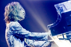 『YOSHIKI、公演中止で窮地に立つ世界の音楽関係者支援のため10万ドル寄付』
