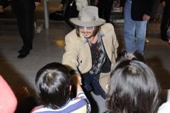 『成田に到着したジョニー・デップを1000人のファンが出迎え!』
